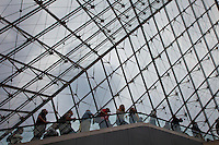 Parigi, museo del Louvre, FRANCIA - Jeoh Ming Pei, 1989, piramide di vetro,  fila di persone all'uscita dal museo