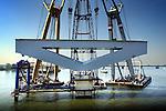 Op het Hollands Diep zijn door bouwcombinatie Drechtse Steden de eerste hamerstukken van de HSL-brug op de pijlers getild. De 1200 meter lange staalbetonbrug(de langste van Nederland) komt naast de bestaande spoorbrug te liggen en wordt extra stevig uitgevoerd om de extreme krachten van de toekomstige HSL-trein te weerstaan. Het betonnen spoordek komt te liggen op deze 45 meter lange en 500 ton zware staalelementen die later met verlichting versierd gaat worden. Bouwcombinatie Drechtse Steden bestaat ondermeer uit Ballast Nedam Infra, HBG Civiel, Strukton Betonbouw.Van Hattum en Blankevoort en Van Oord ACZ Waterbouw..© Ton Borsboom