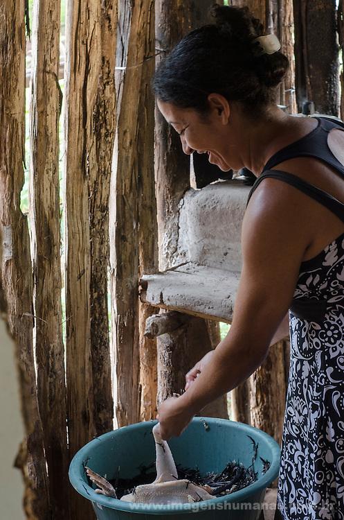 Comunidade Baixão, município de Almenara na região do baixo Jequitinhonha, Norte de Minas Gerais. Nessa região é possível encontrar três tipos de biomas: caatinga, cerrado e mata atlântica. A ASA Brasil, Articulação no Semiárido Brasileiro, tem implementado em diversas comunidades no Norte de Minas o Programa Uma Terra e Duas Águas (P1+2) e o Programa Um Milhão de Cisternas (P1MC) que tem como objetivo viabilizar a captação e armazenamento de água de chuva nessas comunidades para consumo humano, criação de animais e produção de alimentos. Entre os parceiros para implementação dos projetos tem destaque na região a Cáritas Diocesana de Almenara. Ana Martins de Souza Aguilar.