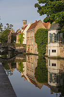 Belgique, Flandre-Occidentale, Bruges, centre historique classé Patrimoine Mondial de l'UNESCO, le long du canal Groenerei, l'on peut également apercevoir la façade arrière du Brugse Vrije ou  palais Franc de Bruges, sis sur la place du Bourg. Construit au XVIème siècle, il abrite le Bruggemuseum // Belgium, Western Flanders, Bruges, historical centre listed as World Heritage by UNESCO, Along the  Groenerei canal, you can also see the back cover of Brugse Vrije or palace Franc of Bruges, located on the Place du Bourg. Built in the sixteenth century, it houses the Bruggemuseum