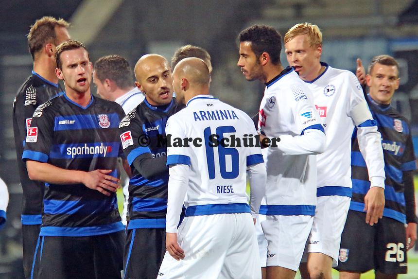Auseinandersetzung Philipp Riese (Bielefeld)mit Zafer Yelen (FSV) - FSV Frankfurt vs. Arminia Bielefeld, Frankfurter Volksbank Stadion