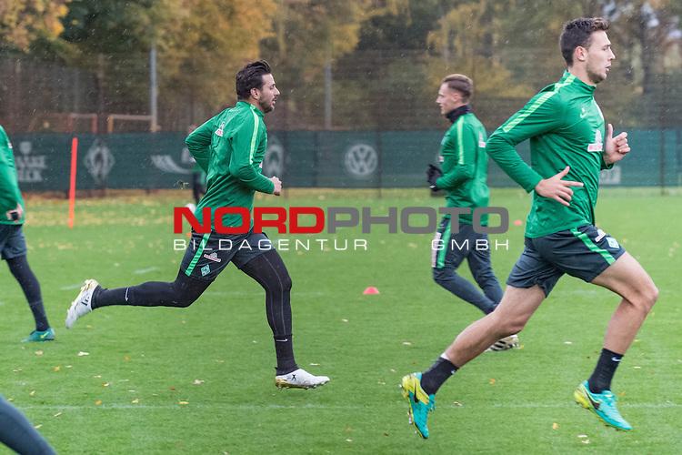 01.11.2016, Trainingsgelaende, Bremen, GER, 1.FBL, Training Werder Bremen<br /> <br /> im Bild<br /> Claudio Pizarro (Bremen #14), Robert Bauer (Bremen #4), Lukas Fr&ouml;de / Froede (Bremen #39), <br /> <br /> Foto &copy; nordphoto / Ewert