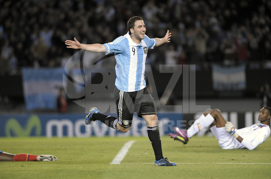 BUENOS AIRES, ARGENTINA, 02 DE JUNHO 2012 - ELIMINATORIAS SULAMERICANAS - ARGENTINA X EQUADOR - Gonzalo Higuaín da Argentina, comemora após marcar gol diante do Equador, durante partida válida pelas Eliminatórias sul-americanas para a Copa de 2014, no Estádio Monumental de Núñez, em Buenos Aires, neste sábado. A seleção argentina venceu por 4 a 0.  (FOTO: JUANI RONCORONI / BRAZIL PHOTO PRESS).