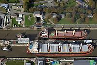Nord Ostseekanal Schleuse Brunsbuettell: EUROPA, DEUTSCHLAND, SCHLESWIG-HOLSTEIN, BRUNSBUETTEL , (EUROPE, GERMANY), 19.10.2018: Schleuse Nord-Ostseekanal von Brunsbuettel. Der Nord-Ostsee-Kanal (NOK; internationale Bezeichnung: Kiel Canal) verbindet die Nordsee (Elbmuendung) mit der Ostsee (Kieler Foerde). Diese Bundeswasserstra&szlig;e ist nach Anzahl der Schiffe die meistbefahrene kuenstliche Wasserstra&szlig;e der Welt.<br /> Der Kanal durchquert auf knapp 100 km das deutsche Bundesland Schleswig-Holstein von Brunsbuettel bis Kiel-Holtenau und erspart den etwa 900 km laengeren Weg um die Nordspitze Daenemarks durch Skagerrak und Kattegat.<br /> Die erste kuenstliche Wasserstra&szlig;e zwischen Nord- und Ostsee war der 1784 in Betrieb genommene und 1853 in Eiderkanal umbenannte Schleswig-Holsteinische Canal. Der heutige Nord-Ostsee-Kanal wurde 1895 als Kaiser-Wilhelm-Kanal eroeffnet und trug diesen Namen bis 1948.