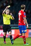 Solna 2013-09-30 Fotboll Allsvenskan AIK - &Ouml;sters IF :  <br /> Domare Tobias Mattsson  delar ur ett gult kort varning till &Ouml;ster 3 M&aring;nz Karlsson <br /> (Foto: Kenta J&ouml;nsson) Nyckelord:  domare referee ref
