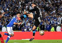 BOGOTA - COLOMBIA - 20-11-2016: Oscar Barreto (Izq.) jugador de Millonarios anota gol a David Gonzalez (Der.) portero de Deportivo Independiente Medellin, durante partido de la fecha 20 entre Millonarios y Deportivo Independiente Medellin de la Liga Aguila II-2016, jugado en el estadio Nemesio Camacho El Campin de la ciudad de Bogota.  / Oscar Barreto (L) player of Millonarios scored a goal to David Gonzalez (R) goalkeeper of Deportivo Independiente Medellin, during a match between Millonarios and Deportivo Independiente Medellin,  for the date 20 of the Liga Aguila II-2016 at the Nemesio Camacho El Campin Stadium in Bogota city, Photo: VizzorImage / Luis Ramirez / Staff.