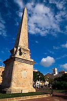 Spanien, Menorca, Obelisk auf der Placa d'es Born  in Ciutadella
