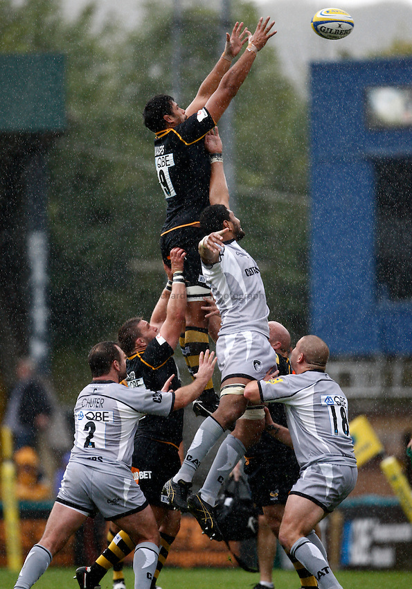 Photo: Richard Lane/Richard Lane Photography. London Wasps v Leicester Tigers. 11/09/2011. Wasps' Ross Filipo wins a lineout.