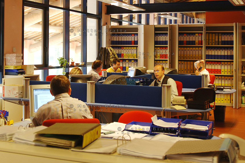 DITTA LONATI NELLA FOTO ALCUNI IMPIEGATI LAVORANO NELL'UFFICIO ACQUISTI INDUSTRIA BRESCIA 27/10/2006 FOTO BIATTA MATTEO<br /> <br /> LONATI FIRM IN THE PICTURE SOME EMPLOYEES WORKING IN OFFICE PURCHASES BRESCIA 27/10/2006 PHOTO BY MATTEO BIATTA