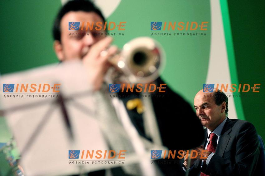 Il segretario del Pd Pier Luigi Bersani e I fiati dell'Orchestra del Teatro dell'Opera di Roma.Assemblea Nazionale del Partito Democratico.Roma, 21 Maggio 2010.Photo Serena Cremaschi Insidefoto