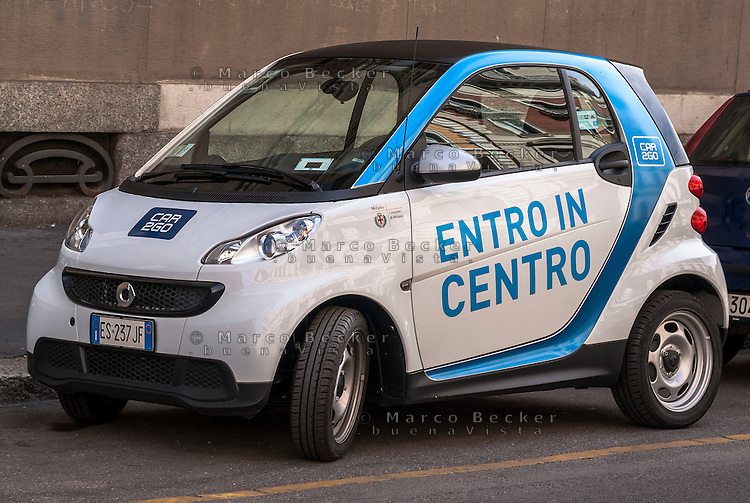 Milano, una Smart del servizio di car sharing Car2go --- Milan, Car2go car sharing