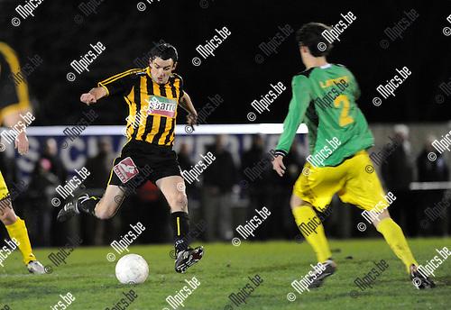 2012-01-21 / Voetbal / seizoen 2011-2012 / Sint-Lenaarts - Zwarte Leeuw / Jurgen Raeymaeckers (Zwarte-Leeuw) met Van den Brandde (r)..Foto: Mpics.be