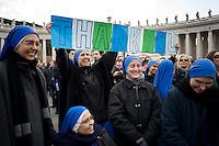 Città del Vaticano, 24 Febbraio, 2013. Un gruppo di suore mostrano un cartello per ringraziare Benedetto XVI durante il suo ultimo Angelus in Piazza San Pietro prima delle dimissioni che darà Giovedì 28 Febbraio.