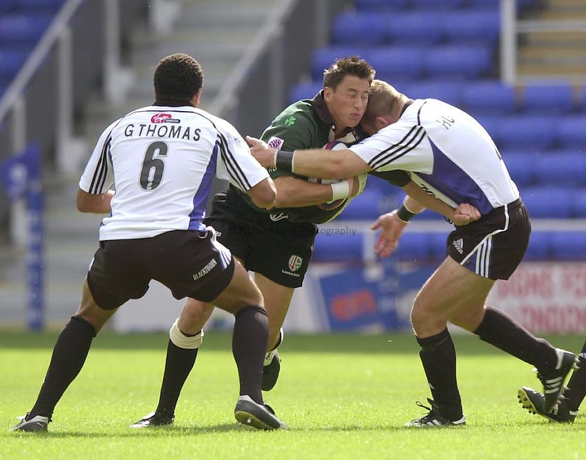 Photo. Richard Lane.London Irish v Bath Rugby. Zurich Premiership..01/09/2002.Rob Hoadley hits the Bath defence.