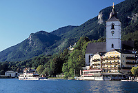 Austria, Upper Austria, Salzkammergut, St. Wolfgang at Lake Wolfgang with pilgrimage church St.Wolfgang and Weisses Roessl