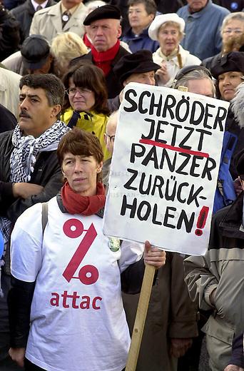 Demonstration gegen den Krieg<br /> Mehrere zehntausend Menschen demonstrierten am Sonnabend den 26. Oktober 2002 in Berlin unter dem Motto &quot;Verhindert den Krieg bevor er beginnt&quot; gegen einen moeglichen Krieg gegen den Irak. Friedensinitiativen in den USA hatten fuer den 26. Oktober zu einem weltweiten Protesttag (Global Action Day) aufgerufen. Die Demonstration in Berlin wurde organisiert von dem Buendnis &quot;Achse des Friedens&quot;.<br /> Hier: Ein Mitglied der Globalisierungskritischen Organisation attac.<br /> Berlin, 26.10.2002<br /> Copyright: Christian-Ditsch.de<br /> [Inhaltsveraendernde Manipulation des Fotos nur nach ausdruecklicher Genehmigung des Fotografen. Vereinbarungen ueber Abtretung von Persoenlichkeitsrechten/Model Release der abgebildeten Person/Personen liegen nicht vor. NO MODEL RELEASE! Nur fuer Redaktionelle Zwecke. Don't publish without copyright Christian-Ditsch.de, Veroeffentlichung nur mit Fotografennennung, sowie gegen Honorar, MwSt. und Beleg. Konto: I N G - D i B a, IBAN DE58500105175400192269, BIC INGDDEFFXXX, Kontakt: post@christian-ditsch.de<br /> Bei der Bearbeitung der Dateiinformationen darf die Urheberkennzeichnung in den EXIF- und  IPTC-Daten nicht entfernt werden, diese sind in digitalen Medien nach &sect;95c UrhG rechtlich geschuetzt. Der Urhebervermerk wird gemaess &sect;13 UrhG verlangt.]
