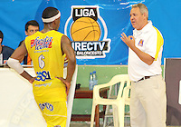 BUCARAMANGA -COLOMBIA, 25-03-2013. José Dilone, entrenador de Búcaros, da instrucciones a Philip Brooks durante partido de la décimanovena fecha de la Liga DirecTV de baloncesto profesional colombiano disputado en la ciudad de Bucaramanga./  Jose Dilone, Bucaros' coach, give instructions to Philip Brooks during game of the nineteenth date of the DirecTV League of professional Basketball of Colombia at Bucaramanga city. Photo:VizzorImage / Jaime Moreno / STR