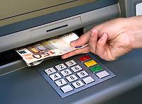 Geld pinnen bij een automaat