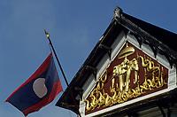 Asie/Laos/ENV Ventiane/Luang Prabang: Le Palais royal construit en 1920 et le drapeau du Laos