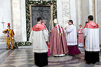 Papa Francesco si prepara ad aprire la Porta Santa della Basilica di San Giovanni in Laterano, 13 dicembre 2015.<br /> Pope Francis prepares to open the Holy Door of St. John Lateran's Basilica in Rome, 13 December 2015.<br /> UPDATE IMAGES PRESS/Giagnori Bonotto<br /> <br /> STRICTLY ONLY FOR EDITORIAL USE