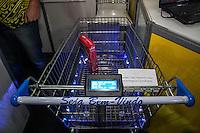 SÃO PAULO, SP, 21.10.2014 -  8ª FEIRA DE TECNOLOGIA DO CENTRO PAULA SOUZA (FETEPS) - Alunos da ETEC de Perus exibem, na 8ª Feira de Tecnologia do Centro Paula Souza um carrinho de compras inteligente que permite somar o valor dos produtos comprados e otimizar o tempo evitando filas na hora de pagar, na tarde desta terça-feira (21), em São Paulo. Ao todo são 244 projetos desenvolvidos por estudantes das ETECs e FATECs do estado de São Paulo, 15 projetos desenvolvidos por alunos de outros países e mais 5 de outros estados do Brasil. (Foto: Taba Benedicto/ Brazil Photo Press)