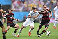 FUSSBALL WM 2014  VORRUNDE    GRUPPE G USA - Deutschland                  26.06.2014 Jermaine Jones (Mitte, USA) gegen Philipp Lahm (li) und Benedikt Hoewedes (re, beide Deutschland)