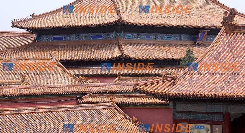 Pechino 18/7/2007<br /> La Citta' Proibita, Pechino.<br /> Photo Antonietta Baldassarre Inside <br /> <br /> The Forbidden City was the Chinese imperial palace from the Ming Dynasty to the end of the Qing Dynasty. It is located in the centre of Beijing, China, and now houses the Palace Museum. For almost 500 years, it served as the home of emperors and their households, as well as the ceremonial and political center of Chinese government.<br /> Built in 1406 to 1420, the complex consists of 980 buildings and covers 720,000 m2 (7,800,000 sq ft).  <br /> <br /> La Citta' Proibita (in cinese: ???, traslitterato come Z?jinch&eacute;ng, che significa letteralmente &quot;Purpurea Citta' proibita&quot;) fu il palazzo imperiale delle dinastie Ming e Qing. Esso si trova nel centro di Pechino, la capitale cinese. Per quasi 500 anni, ha servito come abitazione degli imperatori e delle loro famiglie, cos&igrave; come centro cerimoniale e politico del governo cinese.<br /> Costruita tra il 1406 e il 1420, il complesso &egrave; composto di 980 edifici divisi in 8.707 camere e copre 720.000 m&sup2;. Il complesso del palazzo esemplifica la sontuosa architettura tradizionale cinese, ed ha influenzato gli sviluppi culturali e architettonici dell'Asia orientale