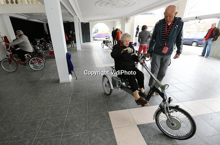 Foto: VidiPhoto..HARDERWIJK - De driewielfiets zorgt voor fitte en mobiele ouderen en moet eigenlijk de scootmobiel vervangen. Dat vindt hulpverleenster Janny Bunk uit Harderwijk. Zij organiseerde vrijdag in Harderwijk een oefendag om zo ouderen die moeilijk ter been zijn weer hun 'vrijheid' terug te geven. Veel bejaarden durven niet meer te fietsen omdat ze bang zijn om te vallen. De driewielfiets is een oplossing. Het vervoermiddel is in Nederland echter nauwelijks bekend onder bejaarden. Door het gebruik van de driewielfietsen blijven ouderen bovendien in beweging en zijn daardoor veel fitter en mobieler. De driewielfiets is daarom gezonder dan een scootmobiel..