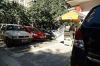 SAO PAULO, 02 DE JULHO DE 2012 - REGULAMENTACAO VALETS - Regulamentação da Prefeitura de São Paulo que exige que todos os valets da cidade coloquem um cartão de identificação nos veículos valida a partir de hoje (02). Empresas do setor devem adotar cupons padronizados, emitidos pela própria prefeitura que seguem os mesmo moldes da Zona Azul. A medida pretende evitar a sonegação de impostos e garantir um serviço legalizado aos clientes, na regiao da Avenida Paulista, na manha desta segunda feira. FOTO: ALEXANDRE MOREIRA - BRAZIL PHOTO PRESS