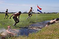Blubberrace in Monnickendam. Wedstrijd slootje springen