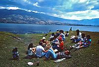 Lazer em lago andino. Quito, Equador. Foto de Juca Martins. Data. 1987.