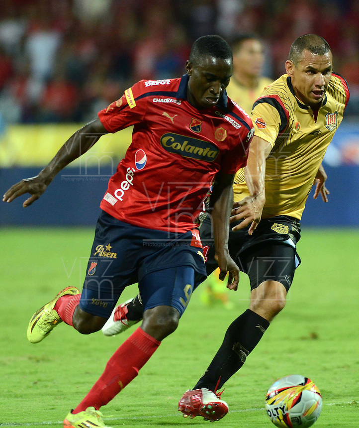 MEDELLÍN -COLOMBIA-23-11-2014. Yorleys Mena (Izq) jugador de Independiente Medellín disputa el balón con Samuel A. Vanegas (Der) jugador de Aguilas Pereira durante partido por la fecha 3 de los cuadrangulares semifinales de la Liga Postobón II 2014 jugado en el estadio Atanasio Girardot de la ciudad de Medellín./ Yorleys Mena (L) player of Independiente Medellin fights for the ball with Samuel A. Vanegas (R) player of Aguilas Pereira during the match for the  third date of the semifinal quardrangular of Postobon League II 2014 at Atanasio Girardot stadium in Medellin city. Photo: VizzorImage/Luis Ríos/STR