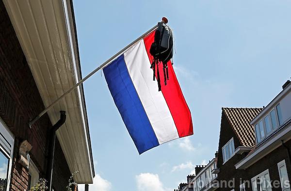 Nederland Leiden 2016 .Geslaagd voor het eindexamen. De schooltas hangt aan een vlaggenstok. Foto Berlinda van Dam / Hollandse Hoogte