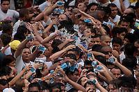 Promesseiro levam água as pessoas que puxam a corda  em pagamento por uma graça alcançada durante o Círio em homenagem a Nossa Senhora de Nazaré.<br /> 14/10/2012<br /> Belém, Pará, Brasil.<br /> Foto Paulo Santos/Interfoto