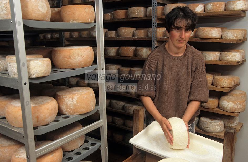 Europe/France/Aquitaine/64/Pyrénées-Atlantiques/Tardets: Françoise Pitrau sale les fromages AOC Iraty-Ossau (AUTORISATION N°65)