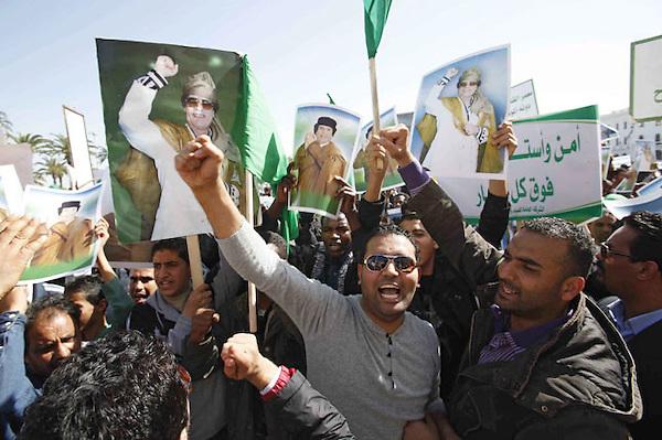SAB02 TRIPOLI (LIBIA) 17/02/2011.- Simpatizantes del Gobierno libio corean consignas durante una manifestación convocada en Trípoli (Libia) hoy, jueves 17 de febrero de 2011. Dos personas murieron en las manifestaciones registradas en Al Baida, al este de Libia, según informó la edición digital del diario libio Quryna, que agregó que las autoridades cesaron hoy a un alto responsable de seguridad en esa localidad. EFE/Sabri Elmhedwi.