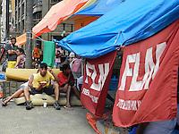 São Paulo - SP - 06Fev2012 - Familias e muitas crianças ainda estão acampadas, precariamente, na Av São João - zona central - devido a desocupção de imóvel na mesma região. Foto: Mauricio Camargo - News Free.