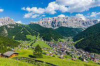 Italy, South Tyrol (Trentino - Alto Adige), Dolomites, Val Gardena: Selva di Val Gardena with Gruppo del Sella mountains and Gruppo del Cir mountains (left) | Italien, Suedtirol (Trentino - Alto Adige), Dolomiten, Groednertal: Wolkenstein in Groeden vor Sellagruppe und Cirspitzen (links)