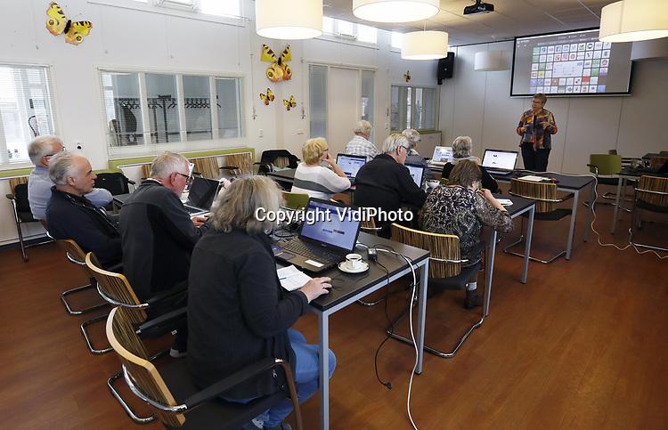 Foto: VidiPhoto<br /> <br /> GENNEP – Ouderen krijgen dinsdag in Gennep een cursus social media. De cursus wordt gegeven door Annet van Betuw van Van Betuw Advies.