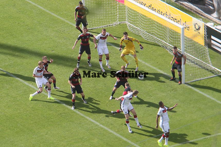 Per Mertesacker erzielt das 1:0 per Kopfball - Testspiel der Deutschen Nationalmannschaft gegen die U20 im Rahmen der WM-Vorbereitung in St. Martin