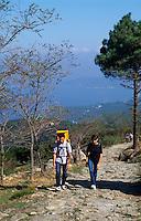 Wanderer auf dem Kreuzweg Madonna del Monte, bei Marciana Alta, , Elba, Italien