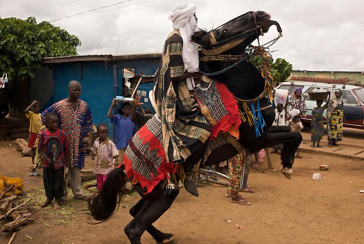 The vice-president of the horsemens association is going to ask for his fianc&eacute;e's hand in marriage. One of the horsemen is ready for the trip the fianc&eacute;e's village. <br />  <br /> Le vice-pr&eacute;sident de l'association des cavaliers de Djougou va demander la main de sa fianc&eacute;e. L'un des cavaliers est d&eacute;j&agrave; pr&ecirc;t pour le voyage.