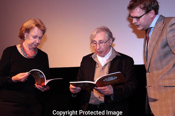 20100924 - Utrecht - Foto: Ramon Mangold - .Rupert van der Linden (M) en de weduwe van Jan Blokker (L) nemen de eerste exemplaren in ontvangst uit handen van Jan Muller (R) - Directeur van het Nederlands instituut voor beeld en geluid.