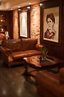 Amérique/Amérique du Nord/Canada/Québec/Montréal: Salon de l'Hôtel Nelligan hôtel dédié à un poète canadien français, Emile Nelligan, 106, rue Saint-Paul Ouest _ au mur un portrait d'Emile Nelligan,