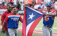 Miguel Mejia pitcher relevo de los Criollos de Caguas de Puerto Rico, celebra con una bandera  luego de derrotar 6 carreras por 5 a los Caribes de Anzoátegui de Venezuela, durante la Serie del Caribe en estadio Panamericano en Guadalajara, México, Miércoles 7 feb 2018.  (Foto: AP/Luis Gutierrez)