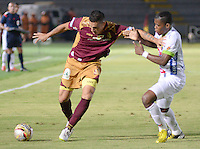 IBAGUÉ -COLOMBIA, 15-01-2015. Victor Aquino (Izq) jugador de Deportes Tolima disputa el balón con Manuel Berrio (Der) jugador del Atlético Huila por la fecha 10 de la Liga Aguila I 2016 jugado en el estadio Manuel Murillo Toro de la ciudad de Ibagué./ Victor Aquino (L) player of  Deportes Tolima vies for the ball with Manuel Berrio (R) player of Atletico Huila for the date 10 of the Aguila League I 2016 played at Manuel Murillo Toro stadium in Ibague city. Photo: VizzorImage / Juan Carlos Escobar / Str