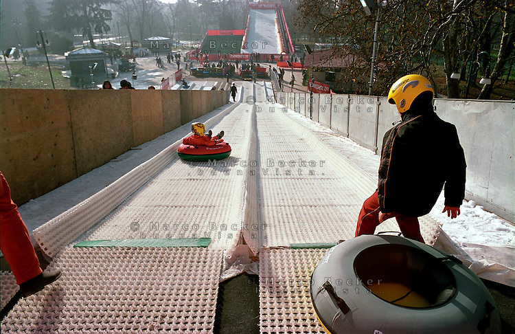 "Milano, ""Snowpark"" al Parco Sempione. Struttura con piste artificiali per sport invernali --- Milan, ""Snowpark"" at Sempione park. Structure with artificial tracks for winter sports"