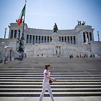 Turista davanti all'Altare della Patria (Vittoriano)a Roma..A tourist walk near the Altare della Patria (Altar of the Fatherland or Vittoriano) in Rome.