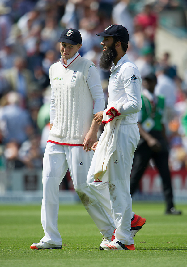 England's Moeen Ali and Joe Root share a joke as they leave the field for lunch<br /> <br /> Photographer Ashley Western/CameraSport<br /> <br /> International Cricket - Investec Ashes Test Series 2015 - Fifth Test - England v Australia - Day 2 - Friday 21st August 2015 - Kennington Oval - London<br /> <br /> &copy; CameraSport - 43 Linden Ave. Countesthorpe. Leicester. England. LE8 5PG - Tel: +44 (0) 116 277 4147 - admin@camerasport.com - www.camerasport.com