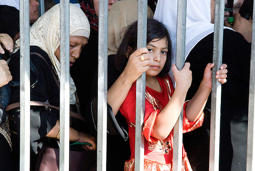 Betlehem, Palestine, Aout 2010. Un vendredi pendant le mois de ramandan. Seules les femmes de plus de 45 ans et les hommes de plus de 50 sont autorisés à passer les check points vers Jérusalem. La surveillance au checkpoint est rehaussee d'un cran tandis que des milliers de pelerins de toute la cisjordanie vont tenter de rejoindre la mosquee Al Aqsa pour la priere du vendredi.